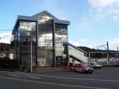 裾野市の深良地区にある駅である岩波駅までは車で約7分(約2.9km)。