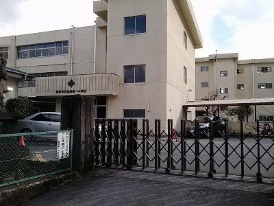 自然豊かな場所で学べる裾野市富岡第一小学校までは、徒歩&バスで約16分(約2.8km)。