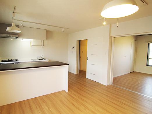 リビングとキッチンを一体化して広々空間に、キッチンの収納量も向上