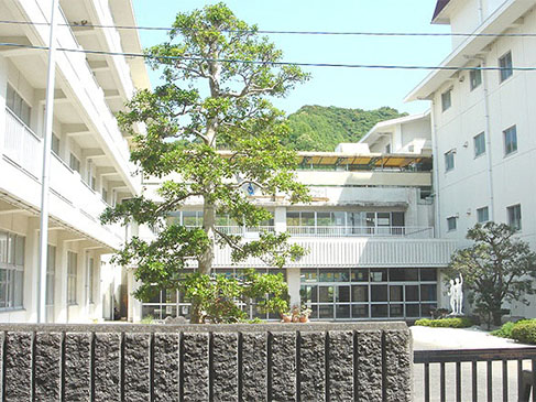 市立韮山中学校までは約2.6km(徒歩約33分)