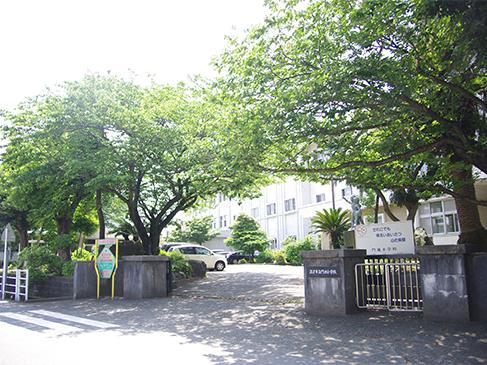 門池小学校までは徒歩約11分(約850m)