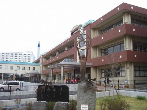 「清く、正しく、美しく」を校訓に掲げる三島北小学校までは徒歩約24分(約1.87km)